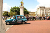 Taxi leaving Buckingham Palace — Stock Photo