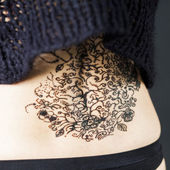 Woman with the henna tattoo on the back — ストック写真