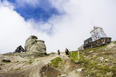 High altitude mountain hut and wheather station next to the highest peak of Bucegi mountains — Stock Photo