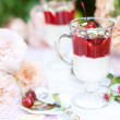 Summer dessert with cream and berries — ストック写真