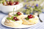Cakes from flaky pastry with cherry — Stock fotografie