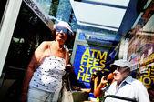 两个年纪大的人,在一个公共汽车站. — 图库照片