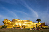 Reclining Buddha with blue sky — Stock Photo