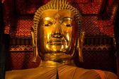 аюттхая, таиланд - люди работают с тканью на изображение будды в — Стоковое фото