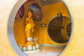 Gyllene buddha staty i cirkeln — Stockfoto