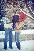 在包围雪的冬天快乐年轻全家福. — 图库照片