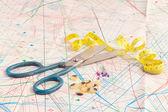 Old scissors and measuring tape — Stockfoto