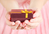 Present box in hand — Stockfoto