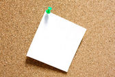 Post-it note with green pushpin on corkboard. — Stock Photo