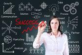 多くのプロセスで成功を書く若いビジネス女性. — ストック写真