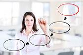Mulher de negócios jovem fluxograma diagrama de desenho. fundo de escritório. — Fotografia Stock