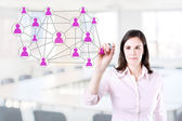 Zakenvrouw met pen tekening sociale netwerk of multi niveau marketing verbinding concept illustratie op een whiteboard. office achtergrond — Stockfoto