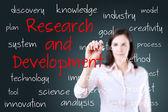Jonge zakenvrouw schrijven concept van onderzoek en ontwikkeling — Stockfoto