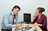 Doctor consults sick patient — Stock Photo