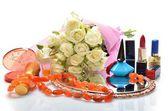 Donna gioielli, profumi, cosmetici e un mazzo di fiori in natura morta — Foto Stock