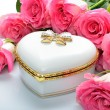 White giftcard Jewelry Box, bouquet of flowers roses — Stock Photo
