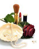 女性の宝石類、化粧品、静物画の中のバラ — ストック写真