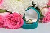A small gift box with jewelry ring and a bouquet of flowers — Foto de Stock