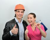 Chief of builders gives a woman the keys to new apartment — Stock Photo