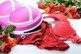 Weibliche kleinen Koffer zum Speichern von Dessous und rose Blumen in stilleben — Stockfoto