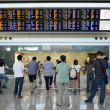 Hong Kong, Chin- September 14, 2013: Passengers looking at large arrival board at Hong Kong Airport — 图库照片 #36433991