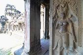 The corridor near apsara Relief statue in Cambodia Angkor Wat, Cambodia — Stock fotografie
