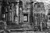 An ancient door of temple at angkor wat, Siem Reap, Cambodia — Stock Photo