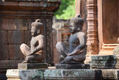 The Statues guard of Banteay Srei temple the entrance to an intricately carved, Angkor Wat — Stock Photo