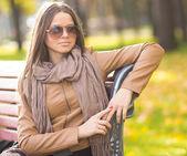 Schönes mädchen mit brille im park — Stockfoto