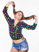 Una chica joven con un tatuaje estira el cabello — Foto de Stock
