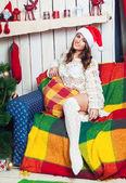 美丽的少女,在圣诞老人的帽子 — 图库照片