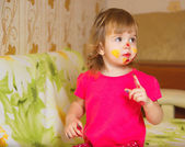The little girl is painting — Stock Photo