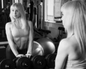 The girl is engaged in the gym — Stok fotoğraf