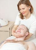 Girl masseuse doing massage — Stock fotografie