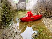 Boot auf dem brunnen — Stockfoto