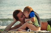 Anne ile bebeği sahilde — Stok fotoğraf