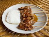 Parrilla de carne de cerdo y arroz pegajoso — Foto de Stock