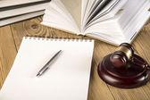 Trä ordförandeklubba, lady rättvisa, guld skala och lagböcker på träbord — Stockfoto