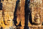 Gesichter der könig yayavarmann vii auf den schönen bayon-tempel — Stockfoto