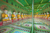 Buddhas and wall in temple — Zdjęcie stockowe