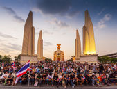 Unidentified protesters protest by against the government corruption and the controversial amnesty bill at Democracy monument — Stock Photo