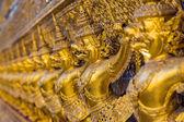 Garuda, uccelli d'oro grandi intorno balcone del santuario centrale in un Thai templ — Foto Stock