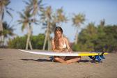 Sörfçü kız — Stok fotoğraf