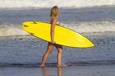 Девушки серфера на пляже — Стоковое фото