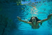 Young woman underwater — Stockfoto