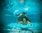 Woman and man under water — Stockfoto