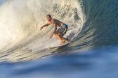Серфер на волнах — Стоковое фото