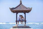 Koppel op strand — Stockfoto