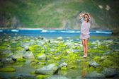 женщина, ходить на зеленый риф — Стоковое фото