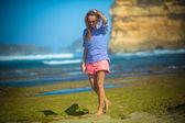 人けのないビーチで単独で女性のウォーク — ストック写真